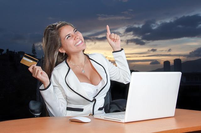 Website Ecommerce yang dibuat dengan banyak ketangkasan dan terintegrasi dengan intuitif dan teknologi terdepan. Itu secara cepat mengambil langkah-langkah besar dan membuat perubahan revolusioner pada dunia belanja online.  E-commerce telah bermetamorfosis dan melampaui cara berbelanja secara tradisional, beberapa blog/situs bisnis ecommerce mendapat pengakuan dan berhasil menjadi kata kunci di akhir-akhir ini.  Jika dirancang secara benar, maka sebuah situs Ecommerce dapat membuat penjualan yang mengesankan dan membuktikan-memberikan nila yang sangat berharga dalam konversi.  Tapi, itu tidak hanya tentang memiliki sebuah situs, bahkan jika itu adalah situs/blog e-commerce, pastikan dapat diakui baik itu di mata Google maupun dimata pengunjung-kliennya.  E-commerce mencerminkan inovasi yang mencolok dan telah membawa banyak petualangan ke dalam kehidupan komunitas online.