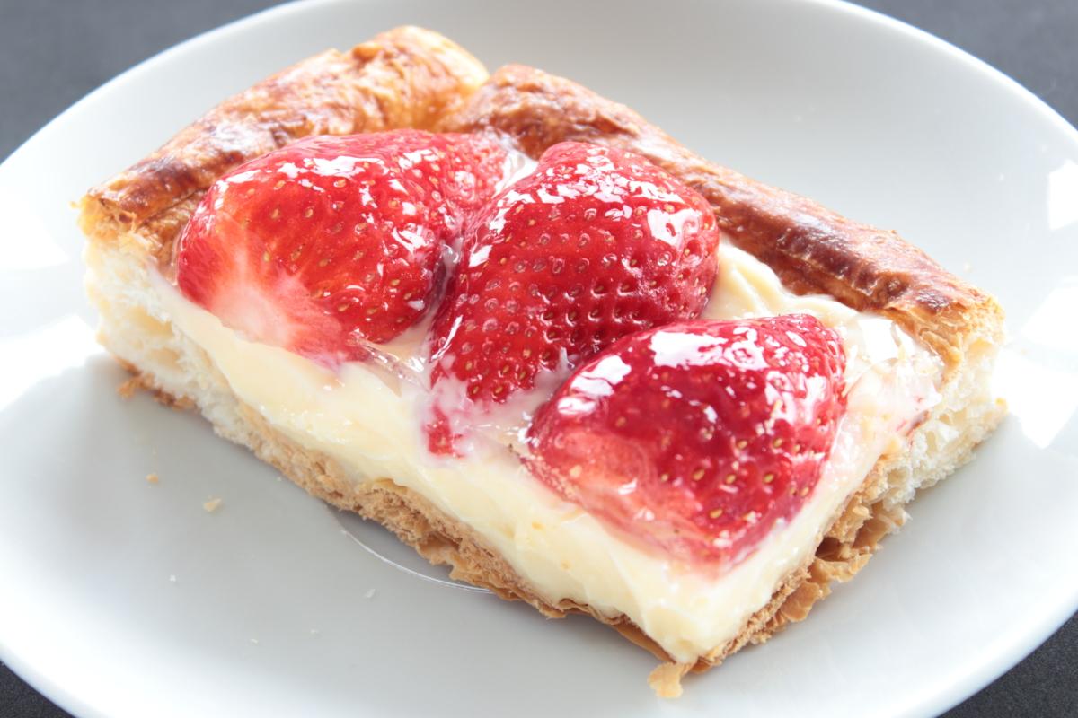 Tarta de hojaldre con fresas y crema pastelera