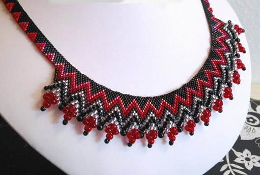 http://www.diyjewelrymaking.com/peyote-stitch-beading-zig-zag-ruffle-necklace-by-rebecca-bechel/