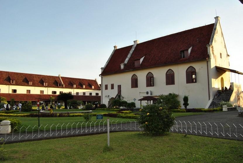 Sejarah Berdirnya Benteng Rotterdam dan Wajah Pariwisata Budaya Makassar di Dalamnya gedung