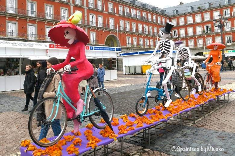 マドリードのマヨル広場に展示されたハロウィン人形