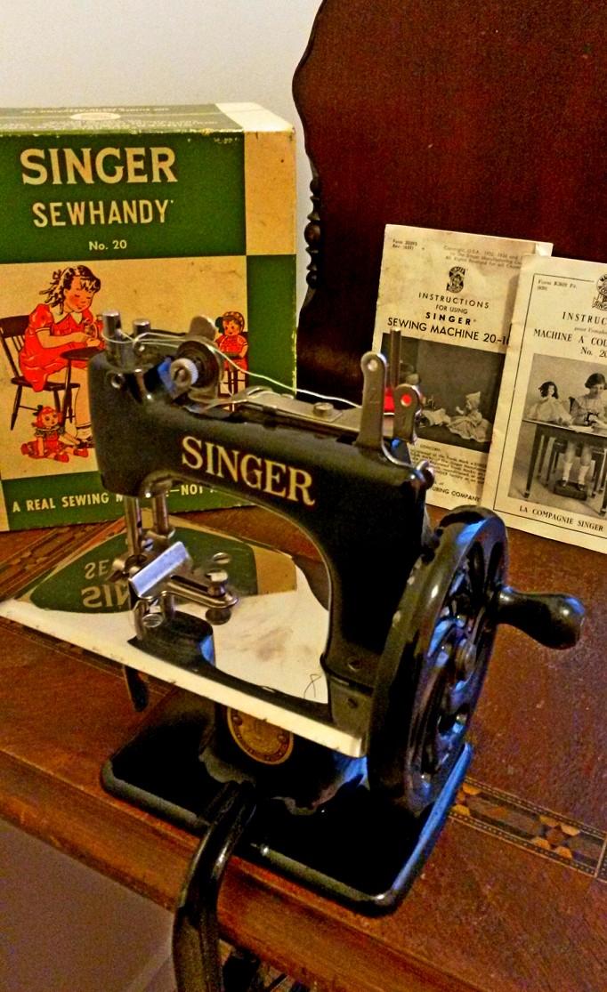 Le blog de callisto la machine coudre jouet singer 20 for Machine a coudre king jouet