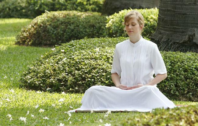 Donna che fa esercizi di respirazione e rilassamento