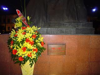 Inscripción de la estatua de Ho Chi Minh frente al Ayuntamiento