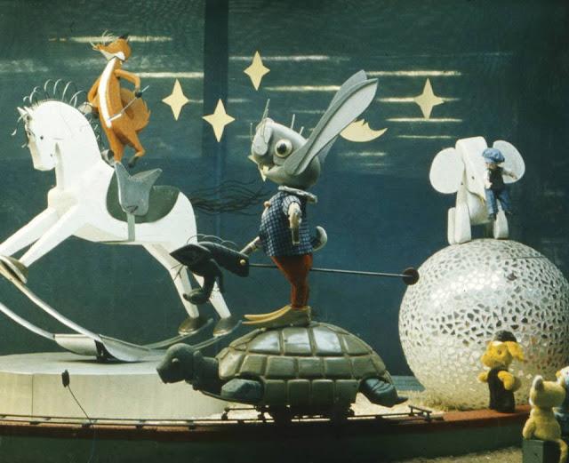 """Adrians Pabians. Dinamiskā reklāma """"Cirks"""". Veikala """"Bērnu pasaule"""" centrālais skatlogs. 1970. gadu vidus. Foto no mākslinieka ģimenes arhīva"""