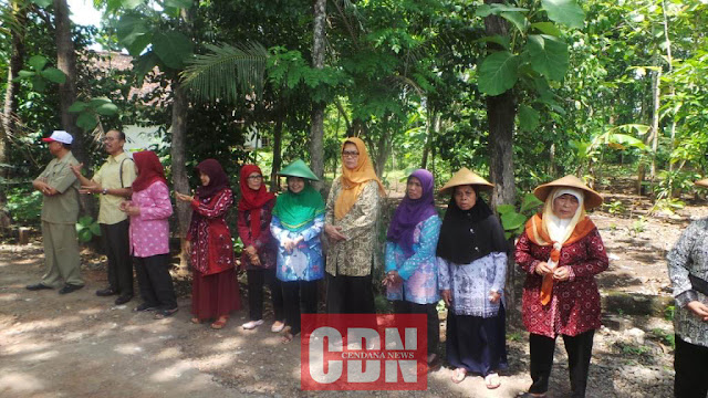 Beberapa anggota KWT Maju Lestari bersiap-siap menyambut kedatangan Titiek Soeharto.