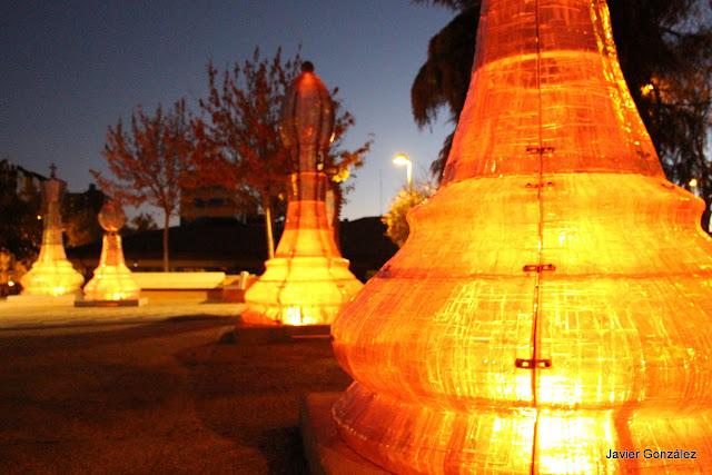 Parque con figuras iluminadas de ajedrez enfrente del Auditorio Nacional de Música de Madrid