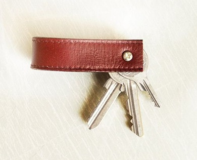 Gantungan kunci dari daur ulang sabuk kulit.