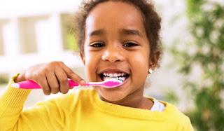 طفة تنظف أسنانها