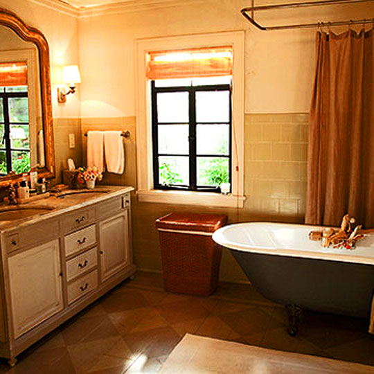 It's Complicated movie bathroom with vintage clawfoot tub