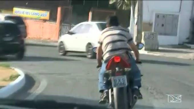 Armado e sem capacete, policial federal conduz moto em São Luís