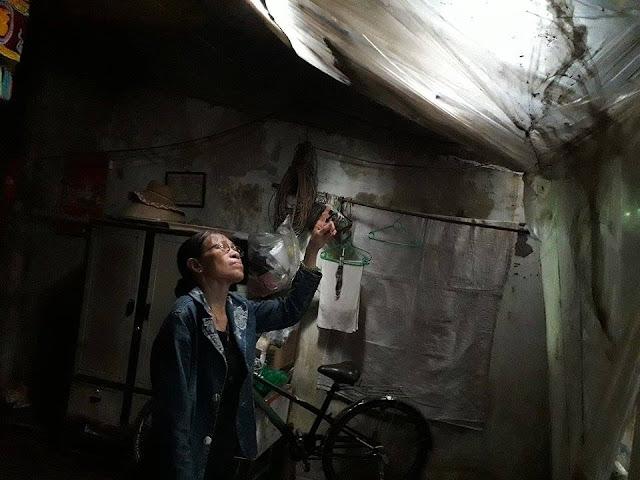 Ngôi nhà của bà Hương đã mục nát, mái nhà vá chằng vá đụp bằng những mảnh nilon