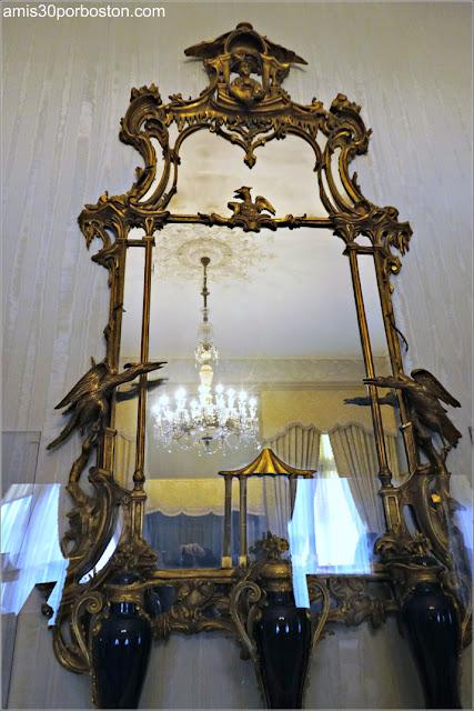 Espejo de la Habitación Conmemorativa Van Alen en la Mansión The Elms en Newport
