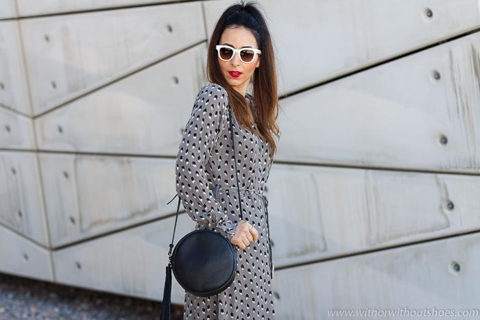 tendencias streetstyle Influencer blogger valencia con look urban chic comodo estiloso vestido midi estampado NÜ Denmark y sandalias flatforms AGL