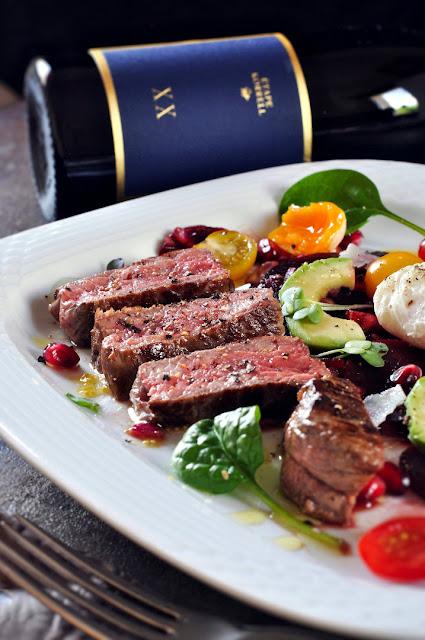 Rumpsteaks und Riesling Etape mit Salat mit Roter Bete, Avocado, pochiertem Ei