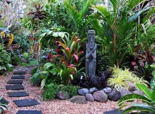 taman tropis dengan banyak perpaduan bunga