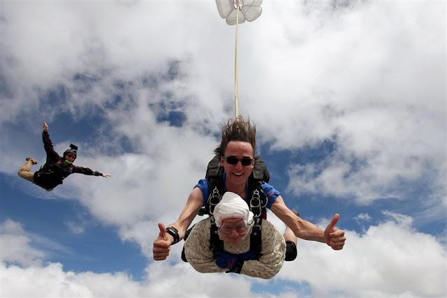 102-річна прабаця стрибнула з парашутом