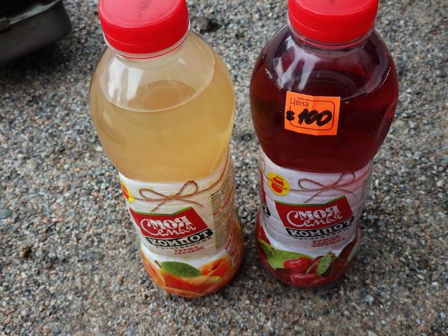 Kompoty z butelki - po lewej brzoskwiniowy, po prawej wiśniowy