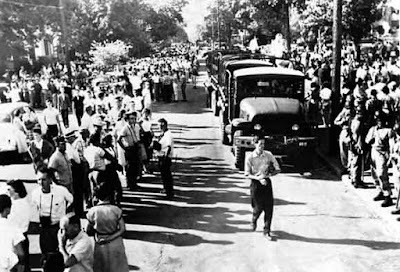 rkansas National Guard troops and large Crowds outside of Little Rock's Central High School, September 5, 1957