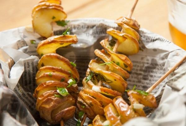 Patatas en espiral al horno, con aceite, ajo y perejil