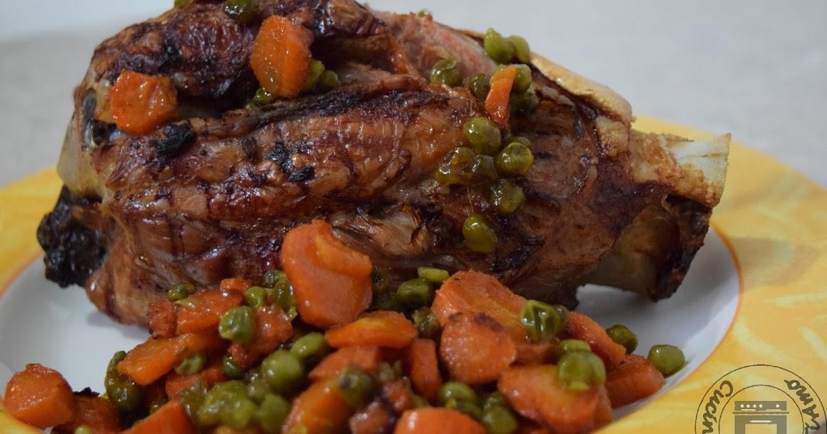 Stinco al forno con carote e piselli