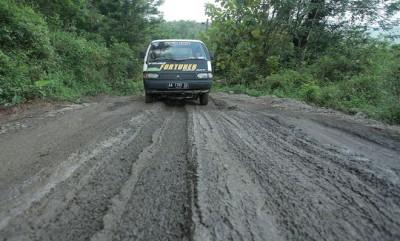Jalan Kebumen-Wonosobo Rusak Parah; Sejumlah Mobil Terjebak