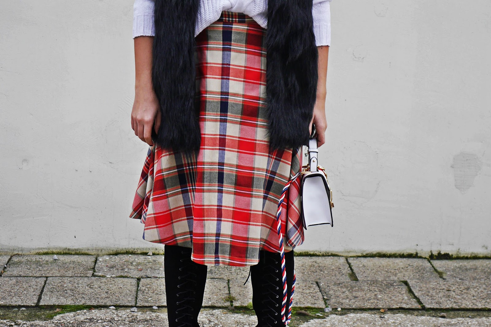 8_plaid_skirt_fur_waist_white_sweater_high_kenee_shoes_karyn_blog_modowy_151117