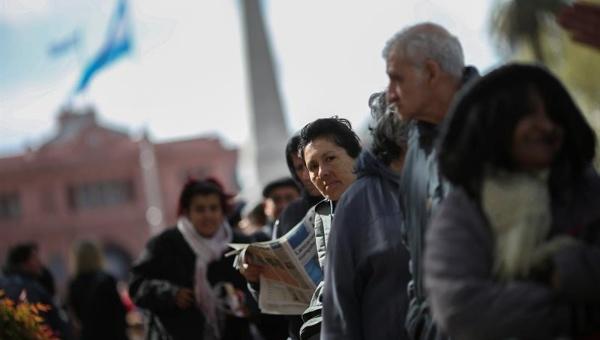 Realizan audiencia pública y movilizaciones contra tarifazo del gas en Argentina