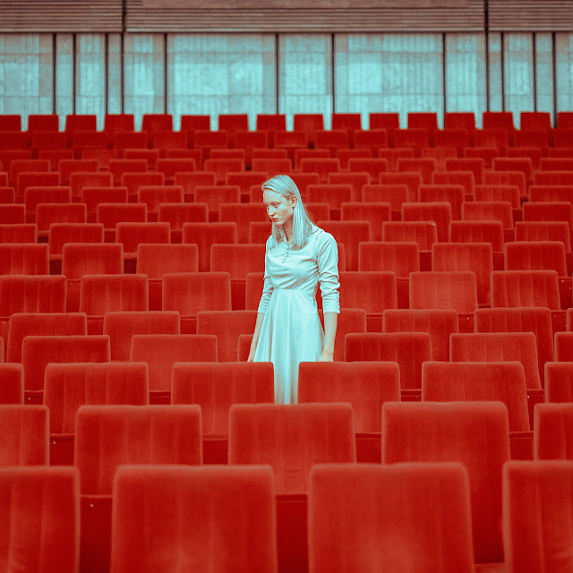 Human Space foto proyecto de Maria Svarbova | imagenes chidas surrealistas | cool photos | red atmosphere aesthetic