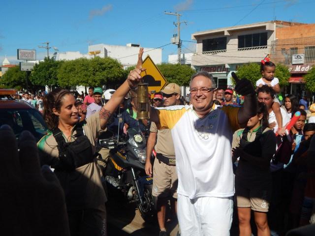 Dr. Argelio Hernandez Pupo, portó la antorcha olímpica que encenderá la llama que presidirá los Juegos Olímpicos de Brasil. (Fotos: http://www.portalvilanovanoticias.com)