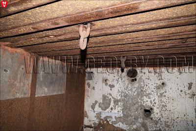 Подвесы на потолке и выщербленные пулями стены в бункере №07