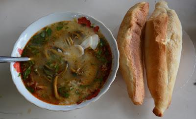 Gọi bánh mì ăn kèm là cách thưởng thức cháo lươn đúng điệu.