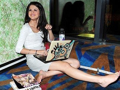 Beautiful Emo Girl Wallpaper Selena Gomez Barefoot Picures Disney Star Universe