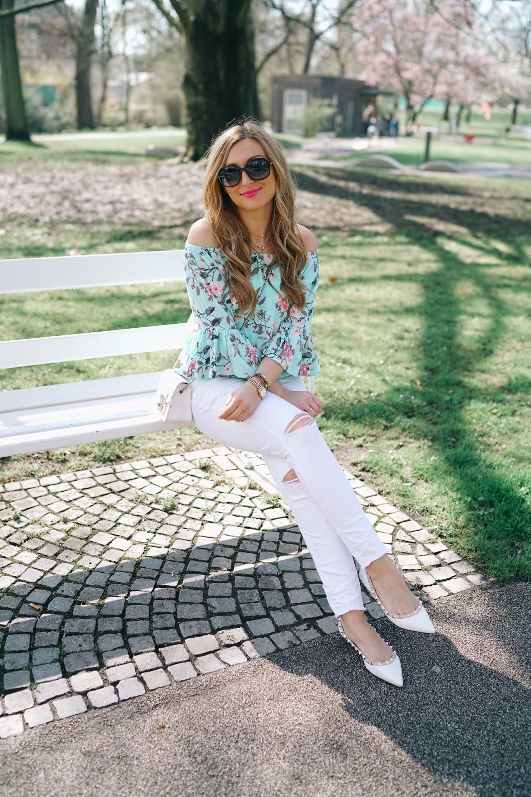 Bloggerstyle-blogerlook- blaue-bluse- türkis-bluse-off-shoulder-spitze-ballerinas-weiße-schuhe-weiße-jeans-fashionstylebyjohanna