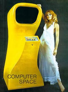 Imagen con un flyer de Computer Space, 1971. Se muestra un mueble amarillo, futurista, redondado y con botones. A su derecha hay apoyada una bella dama rubia, casi pelirroja, con vestido largo, blando y con transparencias