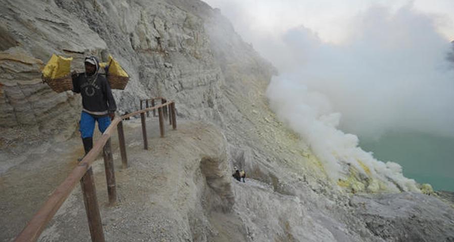 Objek Wisata Kawah Gunung Ijen Tempat Melihat Blue Fire Di