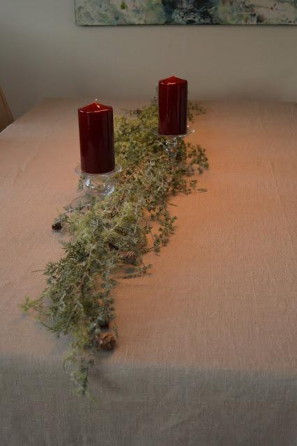 Borddekking med dyprøde lys og orkideer til jul, slik starter dekkingen. Furulunden DSC_0041
