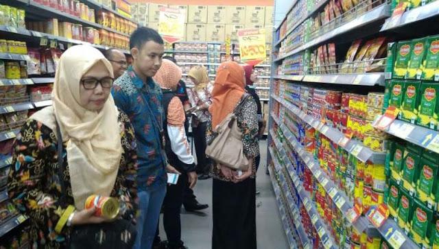 Petugas BPOM menarik ikan sarden dari sejumlah distributor dan agen di pasar.