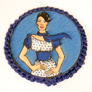 Broche ilustrado en azules. VENDIDO