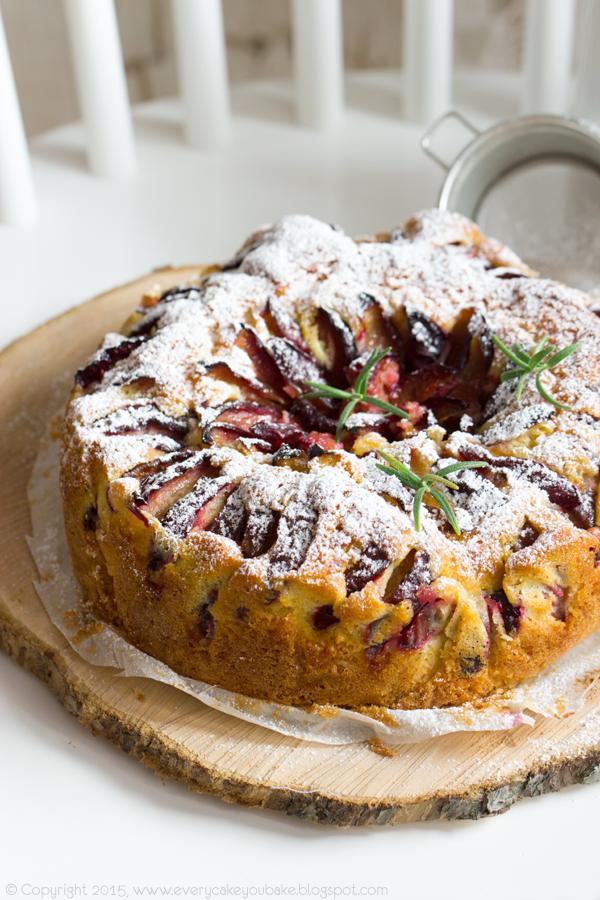 puszyste ciasto ze śliwkami, rozmarynem i brandy