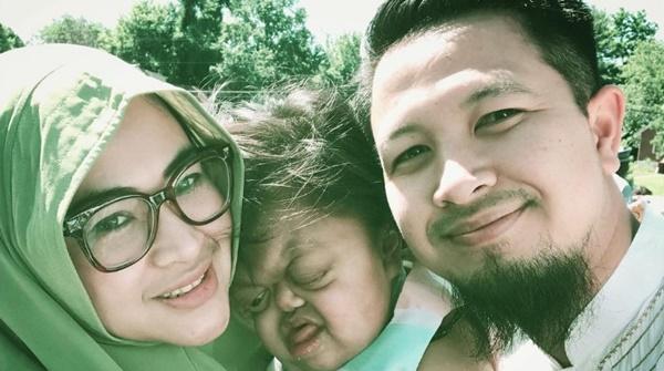 Masya Allah! Perjuangan Tanpa Lelah Suami Istri Rupawan dan Anaknya yang Buta Tuli