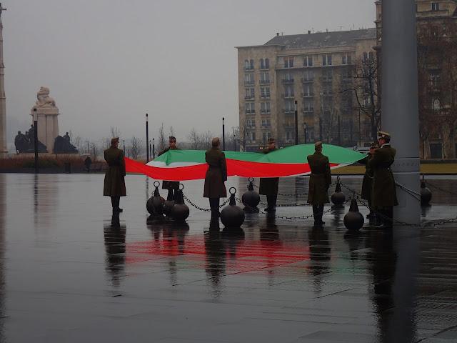 Wciąganie flagi Węgier na maszt