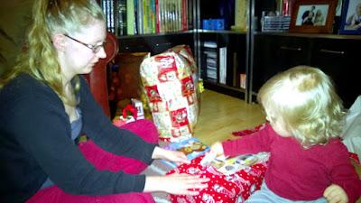 Saippuakuplia olohuoneessa- blogi, kuva Hanna Poikkilehto, joulu, taapero, äiti, pehe, joululahja,