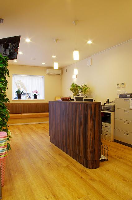 店舗(機能訓練特化型デイサービス併用接骨院)付き住宅の待合室、受付カウンター