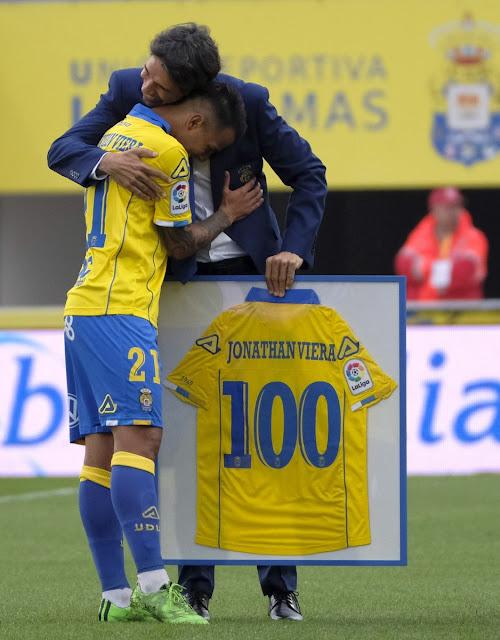 Jonathan Viera recibió una camiseta conmemorativa de sus 100 partidos en primera