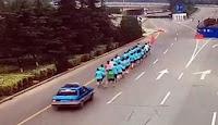 ΣΟΚ❕ Ταξί με τρελή πορεία παρασέρνει τους δρομείς — Ένας νεκρός...➤➕〝📹ΒΙΝΤΕΟ〞