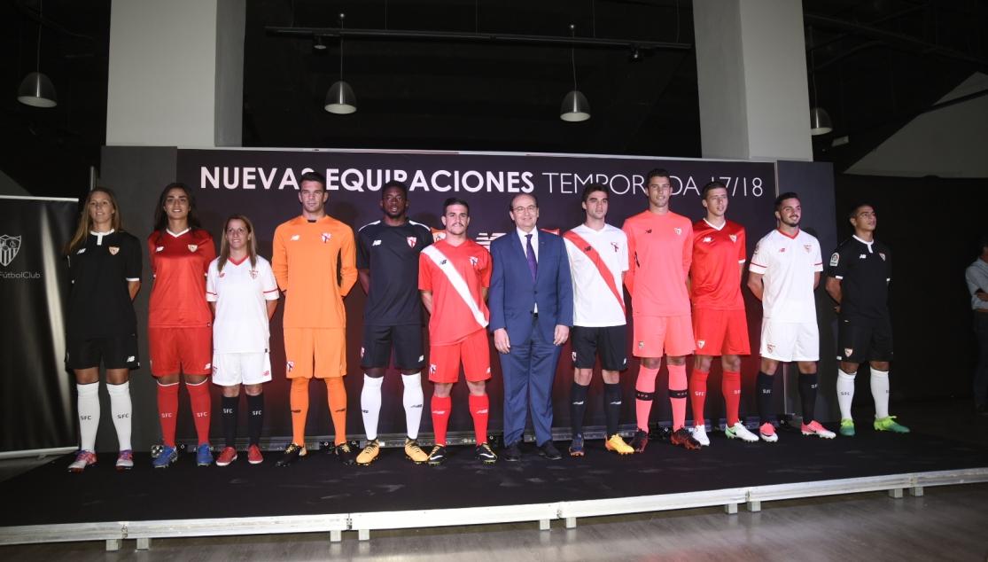 El Sevilla Fútbol Club presentó la nueva gama de equipaciones oficiales  para la temporada 2017-2018 5a953edc994a7