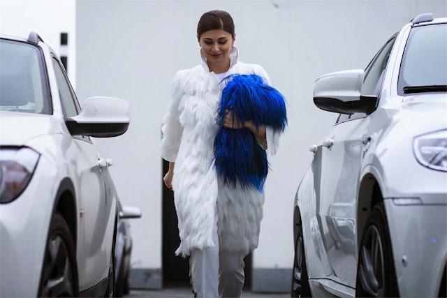abrigo de pelo blanco, bollso de pelo azul
