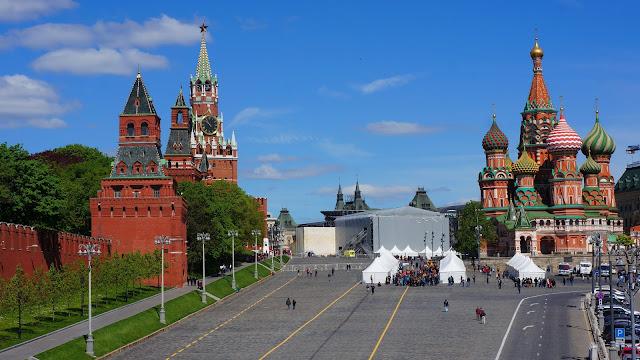 На фото - вид на Московский Кремль и Храм Василия Блаженного с Большого Москворецкого моста