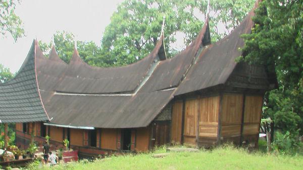 rumah gadang sembilan ruang di Jorong Nagari sumpur